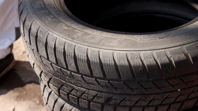 ТИР прегази двама, сменяли гума на пътя