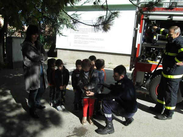 Как се действа при пожар научиха днес малчугани