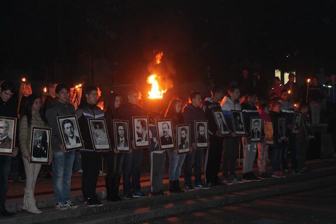 Еленчани почетоха будителите с факелно шествие