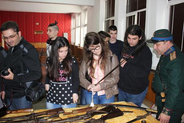 Ученици от ПМГ се запознаха с четническото въоръжение и униформи