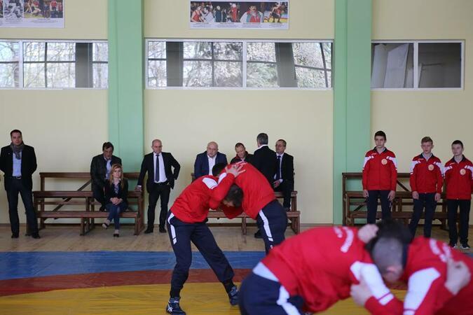 Инвестициите в тренировъчните зали водят до спортни успехи, смята министър Кралев