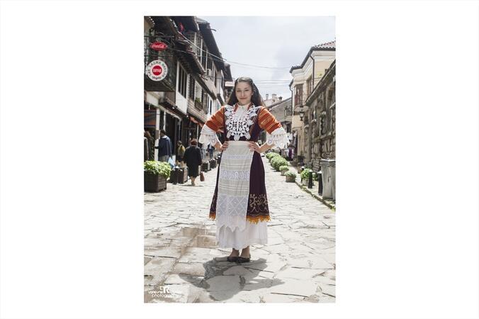 Красива българка в носия на Самоводската чаршия...