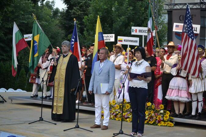 ХІХ Международен фолклорен фестивал започна с пъстро дефиле