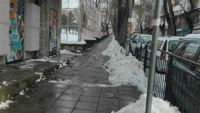 Продължава извозването на сняг от натоварени улици и паркинги