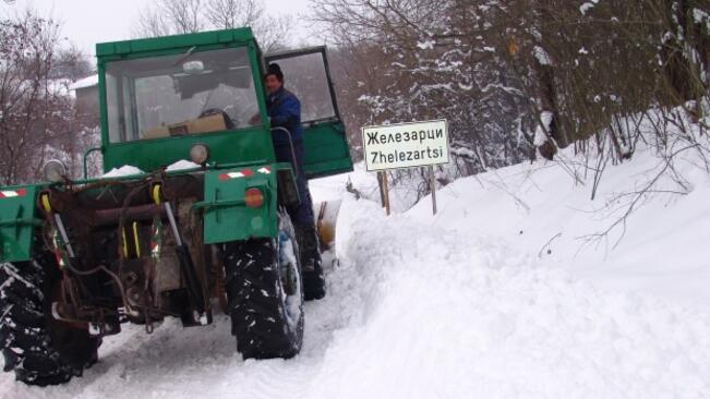 Изпратиха по-мощен снегорин за почистване на пътя до село Железарци