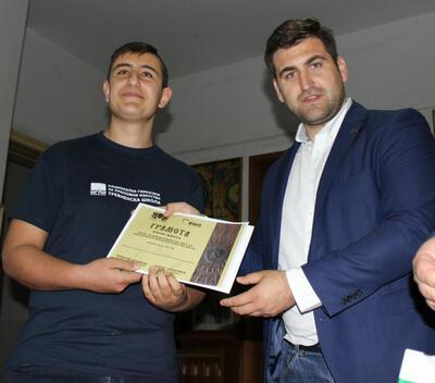 Ученици, резбовали логото на българското председателство, заминават за Брюксел