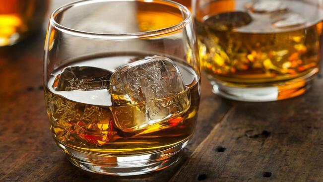 Разредено уиски и водка менте продават в летните курорти