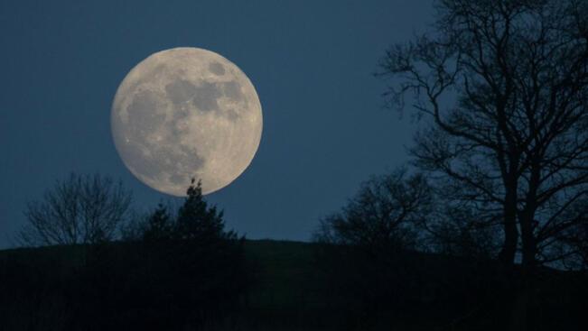 Сянката на Земята ще причини частичното лунно затъмнение.