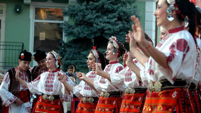 725 ученици и 50 учители ще се надиграват в български хора